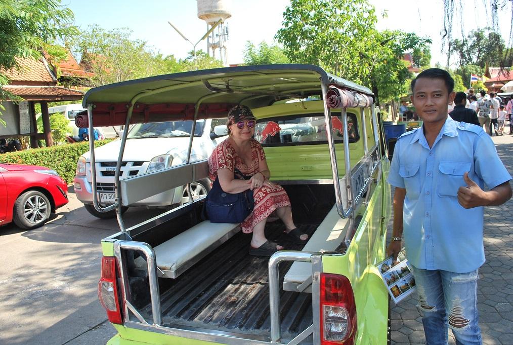 Náš tuktuk a jeho šofér, Wat Yai Chaimongkhon, Ayuthaya, Thajsko