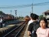 Vlak do Bangkoku prichádza na 3. nástupište, Ayutthaya, Thajsko