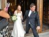 Mladomanželia prekračujú prah katedrály v Cefalù, Sicília