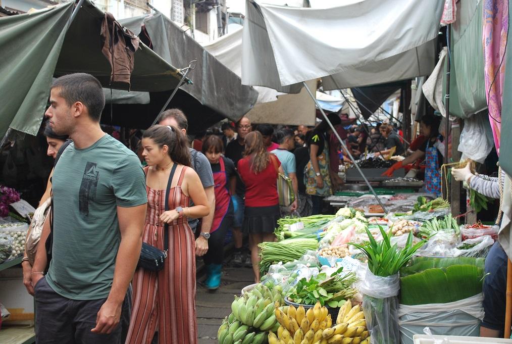 Vlakový trh v Maeklong, Thajsko