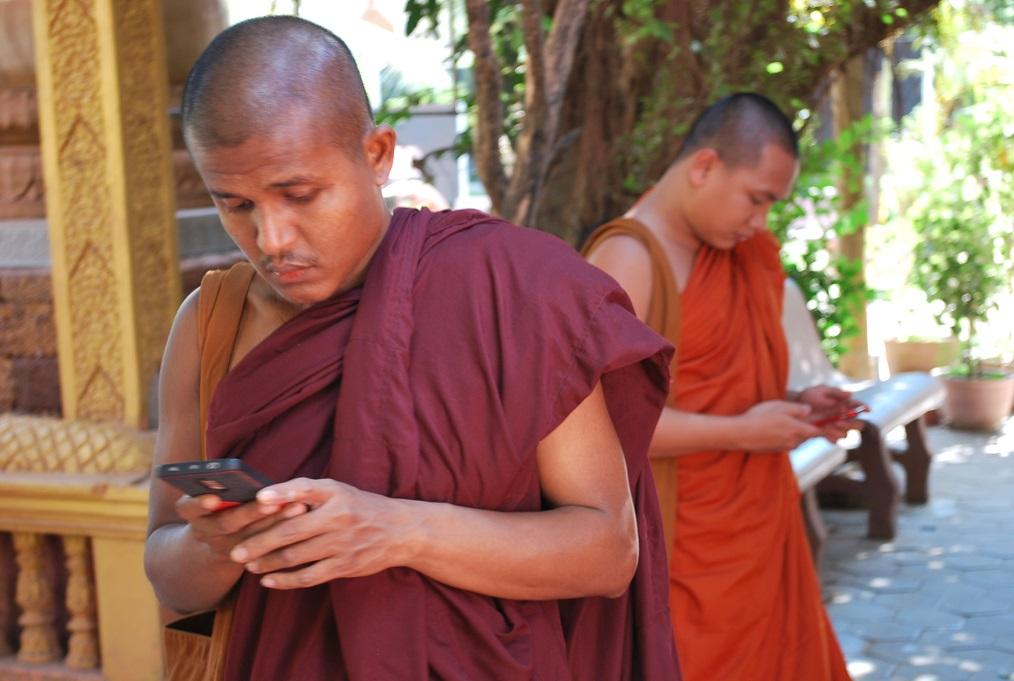 Mnísi v kláštore Wat Thmei, Siem Reap, Kambdža