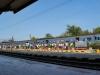 Ľudia čakajú na vlak, Ayutthaya, Thajsko
