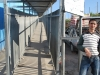 Palestínsky predavač pri vstupe do pevnosti hraničného terminálu, Betlehem, Palestína