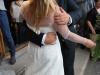 Šťastní mladomanželia sa bozkávajú pred katedrálou v Cefalù, Sicília