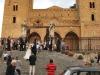 Mladomanželia zostupujú po schodoch pred katedrálou v Cefalù, Sicília