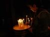 Jerusalem, Via Dolorosa, Kostol božieho hrobu, zapaľovanie sviečok 2