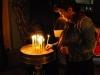 Jerusalem, Via Dolorosa, Kostol božieho hrobu, zapaľovanie sviečok 3