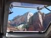 Skaly za oknom autobusu, Zion National Park, Utah